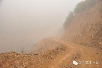 起雾了,原本美丽的雾气却暗含危险,把本来就十分曲折的道路变得更加危险重重。