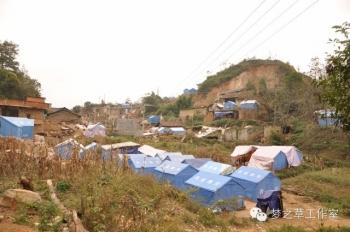 沿路上,虽然地震已经过去很久,但失去家园的人们还是只能住在这样的救灾帐篷里。